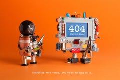 没找到的404个错误页 有螺丝刀的,机器人在蓝色屏幕上的计算机报警信息军人机器人 橙色 免版税库存照片