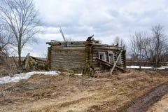 没有一个屋顶的倒塌的木房子在 库存图片