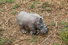 没有一块垫铁的白色玩具犀牛在牧场地 库存图片