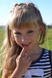 没有一颗前牙展示的女孩 免版税库存图片
