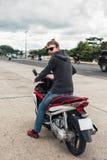 没有一件盔甲的人在摩托车 免版税库存图片