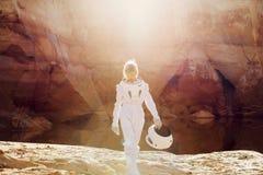 没有一件盔甲的未来派宇航员在光芒  免版税库存照片