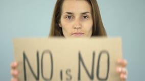 没有不是在海报在确信的妇女手上,严密的决定,了悟的词组 影视素材