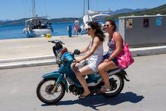没有乘坐与滑行车的盔甲的两名妇女 图库摄影