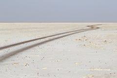 没有交通在danakil消沉, etiopia非洲的路 库存照片