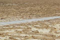 没有交通的路在danakil消沉,埃塞俄比亚非洲 图库摄影