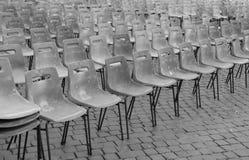 没有人民的空的椅子在展示前 免版税库存图片
