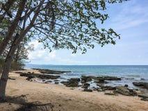 没有人的一个美丽的海滩 免版税库存照片