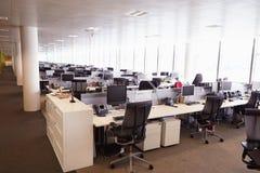 没有人的大开放学制办事处内部 免版税库存照片