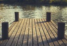 没有人的小船坞在夏令时期间的一个湖 四小柱子和水在图片 库存照片