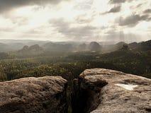 没有人的岩石峰顶 在湿砂岩岩石峰顶的看法到森林风景里 库存图片
