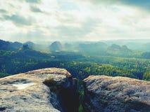 没有人的岩石峰顶 在湿砂岩峰顶的看法到风景里 库存图片