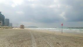 没有人的特拉维夫海滩 免版税库存图片