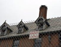 没有侵入的标志的老被放弃的大厦 库存照片