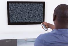 没有信号电视的人 免版税库存图片