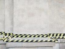 没有在混凝土墙上的词条黄色和黑磁带 免版税库存照片