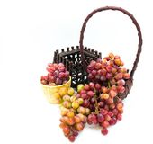 没有在自然材料一个手工制造篮子安置的种子的葡萄  库存照片