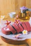 没有奶油的卷红色天鹅绒杯形蛋糕 免版税库存图片