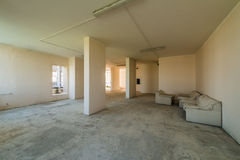 没有完成的新的住宅公寓在现代家 混凝土墙和通信 免版税库存照片