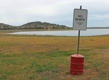没有小船,与湖的游泳的区域标志在背景中 库存图片