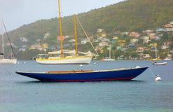 没有帆柱的一条游艇在迎风群岛 免版税库存照片