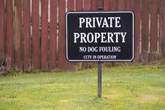 没有弄脏私有财产标志CCTV的狗运转中 免版税库存照片