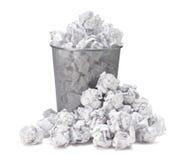 没有想法-被弄皱的纸可能回收被投掷金属化篮子 库存照片