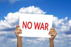 没有战争卡片在手中反对与云彩的蓝天 免版税图库摄影