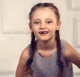 没有摆在时尚blou的乳齿的乐趣情感孩子女孩 库存照片