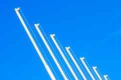 没有旗子的旗杆在蓝天背景 库存照片