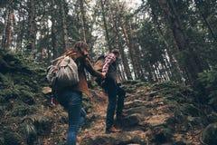 没有时间放松 握手的现代年轻夫妇背面图  免版税库存图片