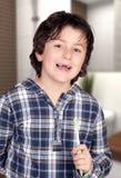 没有有些刷牙的孩子他的牙在卫生间里 库存图片