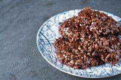 没有有机的花生酱&的巧克力烘烤在一个石切板的曲奇饼 免版税库存图片