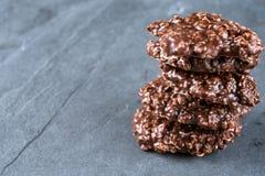 没有有机的花生酱&的巧克力烘烤在一个石切板的曲奇饼 免版税库存照片