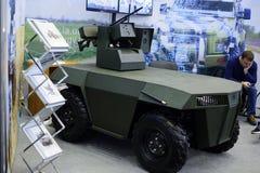 没有有武器的一个试验军用机器人被安装在陈列 免版税库存照片