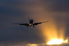 没有权利的波音737着陆日落 免版税库存图片