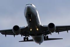 没有权利的波音737着陆 免版税库存图片