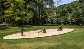 没有权利的雕塑Inhotim公开当代艺术博物馆的- Brumadinho,米纳斯吉拉斯州,巴西埃德加德索萨 库存图片