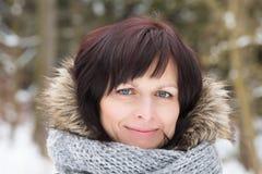 没有构成的妇女在冬时 免版税库存图片