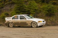 没有汽车品牌的BMW的未知的竟赛者 12克服轨道 免版税库存照片