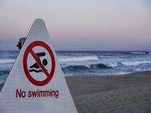 没有游泳 在束草海滩的路标 库存照片