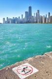 没有潜水标志的芝加哥地平线在前景 库存图片