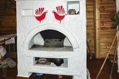 没有火的俄国火炉在俄国小屋 免版税库存图片