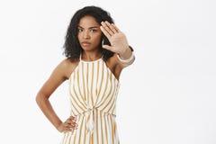没有照片 拉扯往照相机的serious-looking强烈和喜怒无常的被打扰的非裔美国人的妇女画象手 库存图片