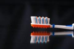 没有牙膏的牙刷在黑背景 库存图片