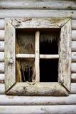 没有玻璃的老窗口 放弃、绝望、寂寞和荒芜的概念 免版税库存照片