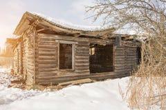 没有窗口和门,被破坏的屋顶的老被破坏的木房子 库存图片