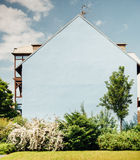 没有窗口的蓝色房子门面 免版税库存图片