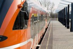 没有站立在平台的任何人的新的现代火车 免版税库存照片