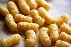 没有糖和面筋的玉米棍子在一张灰色桌上 食物变态反应原概念,自由的面筋 免版税图库摄影